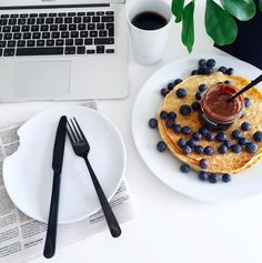Instagram: @interiorbonanza + pancakes + pannekaker + cutlery + black + coffee + blueberry + office + hjemmekontor + home office + Waffles, Pancakes, Black Coffee, Cutlery, Home Office, Blueberry, Breakfast, Instagram, Food