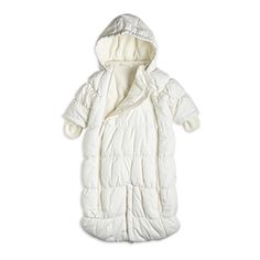 This soft and cosy rounded pramsuit works just as good in the stroller as in the car seat, thanks to the push buttoning between the legs. With a cosy fleece lining and recycled polyester shell fabric, it's a great choice for both your baby and nature.