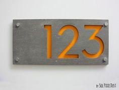 Moderne Hausnummern Rechteck-Beton mit gelben von SolPixieDust