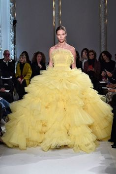 Fashion trends : fashiondailymag: and then the yellow gown. Dreamy couture by… fashiondailymag: and then the yellow gown. Dreamy couture by Giambattista Valli. more Giambattista Valli (Ph fashionwirepress ). Couture Week, Couture Mode, Style Couture, Couture Fashion, 2017 Dress Trends, Fashion Week, Fashion Show, Fashion Trends, Couture Looks