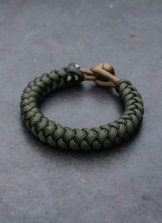 4 Strand Round Braid In OD Green Knotwork survival bracelet cording paracord instructions paracord knot macrames craftideas macrame projects how to paracord paracord use paracord bracelet diy bracelets Diy Bracelets Easy, Bracelet Crafts, Braided Bracelets, Bracelets For Men, Hemp Bracelets, Paracord Tutorial, Bracelet Tutorial, Diy Tutorial, Paracord Bracelet Instructions