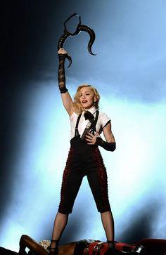"""Madonna a livré une superbe performance sur le titre """"Living For Love"""" au Brit Awards 2015 à Londres! Malgré une chute due à sa cape Armani, la reine de la pop a repris le show comme si de rien n'était! C'est ça une vraie performeuse! Bravo Madonna......"""