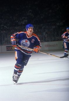Mark Messier of the Edmonton Oilers skates on the ice during an NHL game circa 1989 Hockey Girls, Hockey Mom, Hockey Teams, Ice Hockey, Boys, Mark Messier, Pittsburgh Penguins Hockey, Red Wings Hockey, Nhl Games