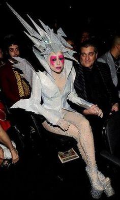 Фото странные костюмы леди гага