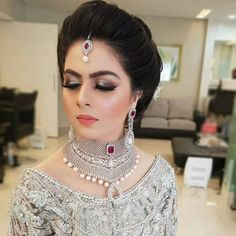 Pakistan Bride, Indian Bridal Jewelry Sets, Thin Hair Styles For Women, Bridal Makeover, Gold Jewelry, Jewellery, Bridal Fashion, Bridal Looks, Bridal Makeup