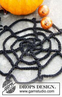 """DROPS Halloween: Gehäkeltes Spinnennetz mit Spinne aus """"Safran"""". ~ DROPS Design"""