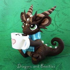 Hot Cocoa Dragon sculpture by Dragons & Beasties Polymer Clay Kunst, Polymer Clay Dragon, Cute Polymer Clay, Polymer Clay Animals, Cute Clay, Fimo Clay, Polymer Clay Charms, Polymer Clay Projects, Polymer Clay Creations