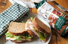 Panino con salsa tonnata, uova e tacchino