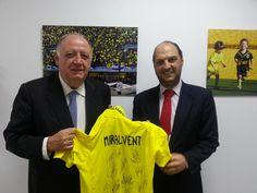 El vicepresidente del Villareal Club de Fútbol nos recibió en la ciudad deportiva y nos regaló una camiseta con el nombre de nuestro colegio y la firma de todos sus jugadores.