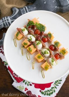 I fell in love with prosciutto-wrapped melon in Tuscany. These enticing Melon and Prosciutto Skewers with a drizzle of basil oil swept me back to Italy. Skewer Appetizers, Appetizers For Party, Appetizer Recipes, Party Nibbles, Kabob Recipes, Prosciutto, Clean Eating Snacks, Healthy Snacks, How To Cook Polenta