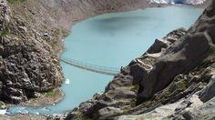 Los miradores más terroríficos del mundo. El puente cruza el lago de Trift, próximo a Gadmen, Suiza