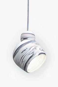 Suspension en biscuit de porcelaine marbréeRéalisées en collaboration avec la céramiste Olivia Marie3 couleurs de porcelaine : Noire, Rose et…