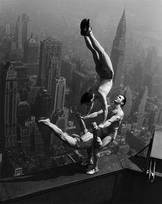 Acrobatas se equilibram no topo do prédio Empire State, em Nova York, em 1934- 13 imagens históricas nunca vistas antes - Revista Galileu