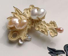 Broche avec perles. Oeuvre inspirée de l'époque Baroque hollandaise. Créée par Truike Verdegaal. Date de fabrication inconnue.