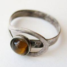 Schöne Vintage 50er Jahre Münzring Sterling silber mexikanischer einen kleinen Tiger-Auge-Stein. Ring ist eine Größe 7 1/2-9 aufgrund des Designs. Gut in Form hat Stein einen kleinen Spalt, wie in Bilder zu sehen. Weltweit versenden. Vielen Dank