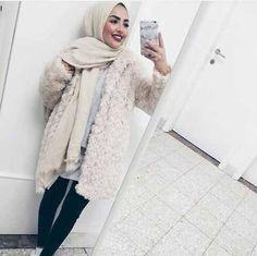Very cute - Fur and Hijab - Winter Hues - Hijabi Selfie - Muslima Fashion Islamic Fashion, Muslim Fashion, Modest Fashion, Fashion Outfits, 80s Fashion, Fashion Tips, Modest Wear, Modest Outfits, Mode Niqab