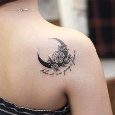 No photo description available. Mom Tattoos, Sexy Tattoos, Unique Tattoos, Body Art Tattoos, Hand Tattoos, Small Tattoos, Sleeve Tattoos, Flower Tattoos, Tatoos