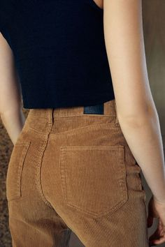 Vintage-inspired mom pants, high-rise waist with straight relaxed legs that taper in at the ankle. Corduroy material, 4 pockets overall patch pockets on the back), and a button-topped zip fly. 90s Fashion, Fashion Outfits, Womens Fashion, Fashion Tips, Fashion Trends, Fashion Purses, Fashion Forms, Fashion Scarves, Miami Fashion