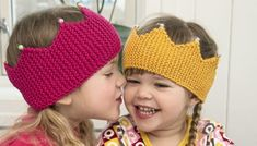 Strikk søte pannebånd til barn. Strikkeoppskrift på søte pannebånd til små prinsesser! Baby Hat And Mittens, Baby Hats Knitting, Knitting For Kids, Baby Knitting Patterns, Knitted Hats, Baby Barn, Knit Crochet, Crochet Hats, Baby Girl Hats