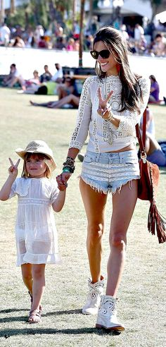 Alessandra Ambrosio and her daughter Anja, wear adorable matching white outfits at the 2013 Coachella Music Festival on Sunday (April in Indio, Calif. Look Festival, Festival Mode, Festival Fashion, Alessandra Ambrosio, Celebrity Moms, Celebrity Style, Celebrity Photos, Mom Outfits, Summer Outfits