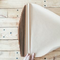 DIY : Des feuilles de palme en papier – Flavie Peartree Cute Crafts, Diy And Crafts, Paper Bag Crafts, Cat House Diy, Diy Interior, Cool Diy Projects, Flower Wall, Decoration, Diy Art