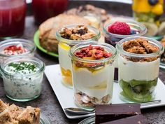 YOGHURT BARN | NIEUW IN DEN BOSCH! Bij Yoghurt Barn houden ze van yoghurt. Volgens hen begint 'kwaliteit bij passie'. Passie voor de natuur, lekker eten en genieten. Passie voor het pure. Zo is Yoghurt Barn ontstaan.Geniet hier van vers, frozen, traditioneel, dik en dun, soja of geiten yoghurt. Stel je eigen yoghurt samen of kies één van onze samengestelde Specials! Een succesvol concept met inmiddels 6 vestigingen in Nederland | Orthenstraat 7 | www.yoghurtbarn.nl