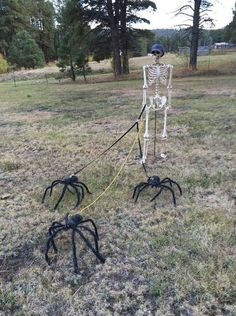 diy halloween decorations for inside Halloween candy can create sweet decoration. Outdoor Halloween decorations have come quite a distance in recent decades. Bolo Halloween, Adornos Halloween, Manualidades Halloween, Halloween Tags, Halloween Disfraces, Holidays Halloween, Halloween Makeup, Halloween 2020, Funny Halloween