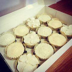 Pearl wedding cupcakes Kokos Cupcakes, Wedding Cupcakes, Vanilla Cake, Pearl, Desserts, Food, Tailgate Desserts, Deserts, Bead