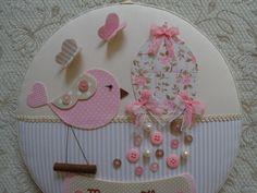 Este lindo quadro maternidade super gracioso confeccionado com técnica de cartonagem em tecido poá, xadrez e listrado, em tons de rosa e bege.... nome em transfer, acompanha botões coloridos...borboletas e um lindo pássaro muito estiloso!!!!    Gostou???? Caso não seja o nome do seu bebê, não se ...