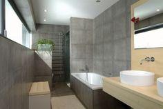 un carrelage gris aspect béton dans la salle de bains élégante