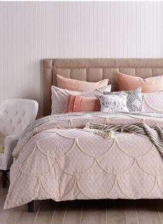 Scalloped chenille patterns add eye-catching texture to this soft cotton duvet cover that pulls together your bedroom décor.