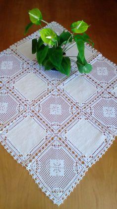 Crochet Table Runner Pattern, Free Crochet Doily Patterns, Crochet Lace Edging, Crochet Fabric, Crochet Tablecloth, Crochet Squares, Filet Crochet, Hand Crochet, Crochet Stitches