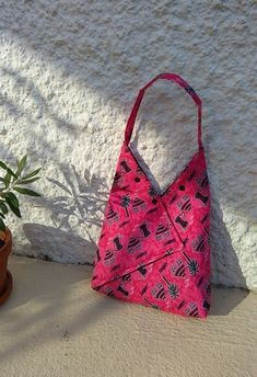 sacs origami: petit, moyen et grand modèles Sewing Hacks, Sewing Projects, Triangle Bag, Origami Bag, Origami Paper, Couture Sewing, Fabric Bags, Small Bags, Bag Making