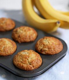 Banana Muffins Sub honey for sugar. Delicious one-bowl banana muffins. Less than ten minutes from start to oven!Sub honey for sugar. Delicious one-bowl banana muffins. Less than ten minutes from start to oven! Bon Dessert, Dessert Recipes, Best Banana Muffins Ever, Healthy Banana Muffins, Banana Bread Cupcakes, Banana Yogurt Muffins, Power Muffins, Mini Muffins, Banaba Muffins