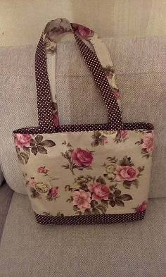 No pattern, I like how she did the rose print fussy cut The bag pattern design comes in three sizes, for the or x 240 kb) - Denim Bag Patterns, Purse Patterns, Fabric Purses, Fabric Bags, Patchwork Bags, Quilted Bag, Embroidery Purse, Crochet Shoulder Bags, Cloth Bags