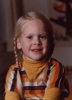 Susanne Frederiksen, 44, København N.  Jeg matcher billedet på væggen i baggrunden :) Det er klippet ud af filt!  Brun, gul, orange filt - limet op på hessian! (1977)
