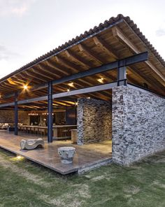 building a house Casa VR, located in a secluded area near the town of Tapalpa, is an exercise in clarity and functionality. Roof Design, Modern Farmhouse, Red Farmhouse, Farmhouse Decor, Rustic Modern, Modern House Design, Backyard Patio, Steel Frame, Future House