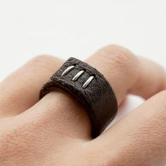 Leather ring. - Anillo de cuero.