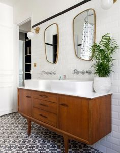If you're updating an old bathroom or installing a new one, this vintage bathroom decor can you give some ideas to start it! Boho Bathroom, Bathroom Renos, White Bathroom, Bathroom Interior, Bathroom Ideas, Master Bathrooms, Bathroom Cabinets, Bathroom Organization, Bath Ideas