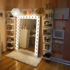 I've been spotting some fantastic DIY vanity mirror recently. Here are ideas some of DIY vanity mirror to beautify your room. Tag: Vintage Vanity Mirror, round Vanity Mirror, vanity mirror with lights. My New Room, My Room, Room Art, Sala Glam, Vanity Room, Vanity Decor, Vanity For Bedroom, Bedroom Vanities, Corner Vanity