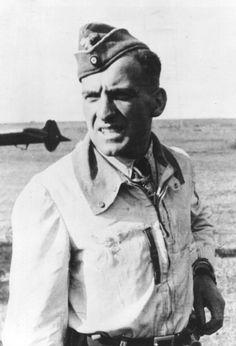 ✠ Hans-Ulrich Rudel (2 July 1916 – 18 Dec. 1982) RK 06.01.1942 Oberleutnant Flugzeugführer und TO III./Stuka-Geschw 2 14.04.1943 [229. EL] Oberleutnant Staffelkapitän 1./Stuka-Geschw 2 25.11.1943 [42. Sw] Hauptmann Führer III./Stuka-Geschw 2 29.03.1944 [10. Br.] Major Kdr III./SG 2 Golden Eichenlaub 29.12.1944 Oberstleutnant Kommodore SG 2