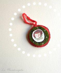 #Christmas #Elf #Round #Ornament. #Green and #red #felt. di Mandragola, €6.00