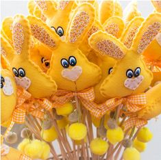 Coelhos de Páscoa - Ateliê da Linna Bunny Crafts, Felt Crafts, Easter Crafts, Easter Bunny, Easter Eggs, Easter Projects, Easter Crochet, Felt Patterns, Easter Holidays