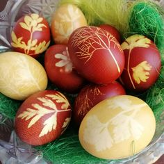 dying eggs with onion skins (red) and curcuma/turmeric (yellow) Dying Eggs, Easter 2020, Turmeric, Easter Eggs, Onion, Yellow, Red, Onions, Gold