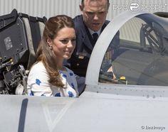 Le prince William et Kate Catherine Middleton, duchesse de Cambridge, visitent la base Amberley de la RAAF (Royal Australian Air Force) lors de leur voyage en Australie et Nouvelle-Zélande. Le 19 avril 2014. Kate a saisi l'occasion de grimper dans le cockpit pour prendre la place d'un pilote à bord d'un avion de chasse !