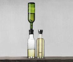 クールブリーザーカラフェ  Norm Architectsデザイン。  おしゃべりに夢中になっても、白ワインは冷たいまま。  最近耳にする「白ワインのデカンタージュ」も出来るカラフェです。  凍らせた冷却用スティックをカラフェに差込んで冷やす為、水っぽくなりません。