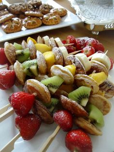 Skewers with poffertjes and fruit- - Snacks Für Party, Fruit Snacks, Fruit Recipes, Healthy Snacks, I Love Food, Good Food, Yummy Food, Tapas, Dessert Aux Fruits