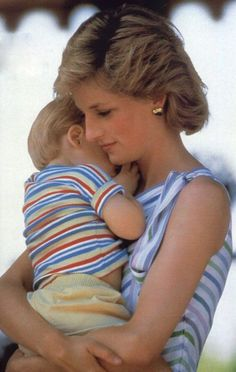 Princess Diana and Prince Harry. One of my favorites of Diana! Princess Diana Photos, Princess Of Wales, Lady Diana Spencer, Princesa Diana, Die Queen, Isabel Ii, Queen Of Hearts, Mothers Love, Mother And Child