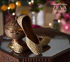Party Wear Nazrana Juttis With Golden Base And Perfectly Matching Golden Beads. Finished With Off-White Pearls Designed In A Hexagonal Pattern. These Gold Mojaris Are Completed With A Base Of Pure Leather And Embellished With Pearl Work. #golden #hexagonal #jutti