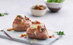 Bakt potet med chili con carne Mozzarella, Baked Potato, Potatoes, Baking, Ethnic Recipes, Food, Chili Con Carne, Cilantro, Potato